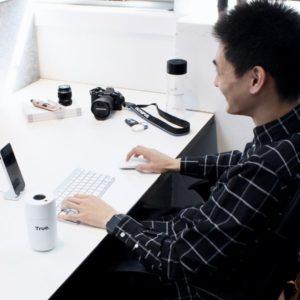 Homme au travail avec une gourde de bureau